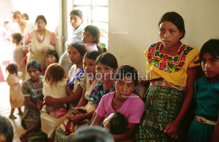 Guatemalan Maya refugee women at primary health care centre, Quetzal Edzna refugee camp in Campeche. - Howard Davies - 1990-05-03