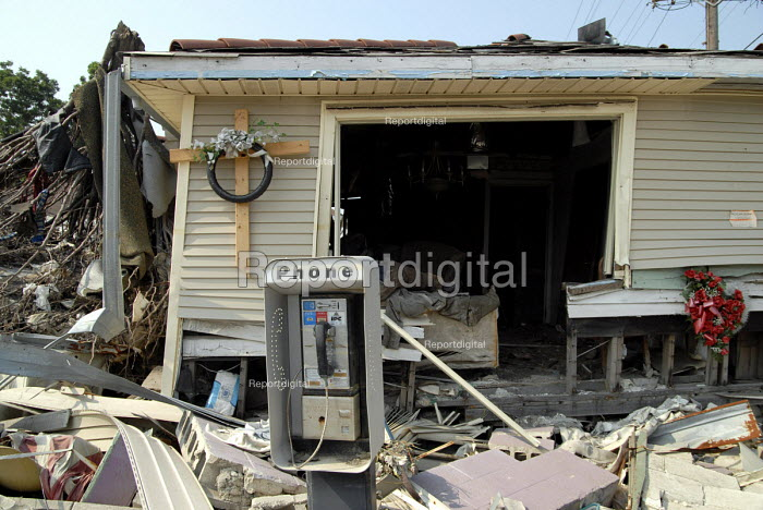 Ten months after the levees burst during Hurricane Katrina many districts of New Orleans remain deserted. USA - Howard Davies - 2006-06-02