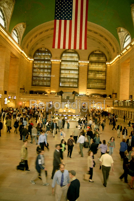 Commuters in the morning rush hour cross the main hall in Grand Central Station, New York, USA 2006 - Howard Davies - 2006-05-21