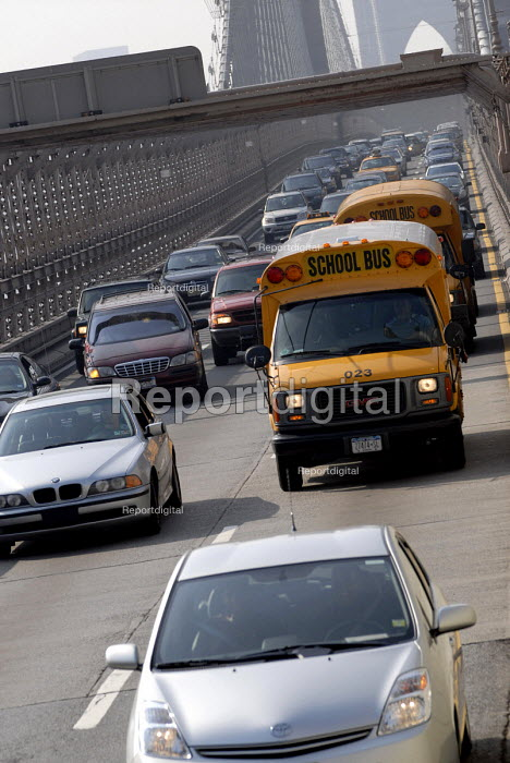 Commuters in their cars and school bus in rush hour traffic jam on the Brooklyn Bridge, New York, USA 2006 - Howard Davies - 2006-05-21
