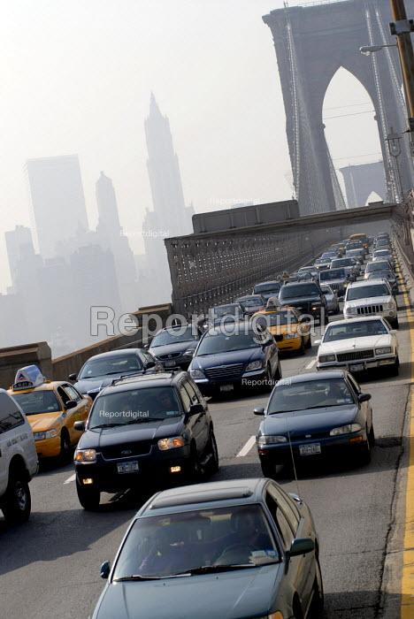 Commuters in their cars in rush hour traffic jam on the Brooklyn Bridge, New York, USA 2006 - Howard Davies - 2006-05-21