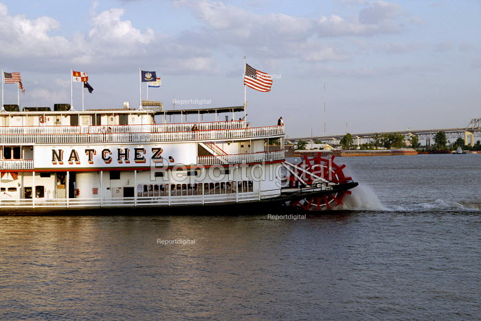 Tourist paddle boat on the River Mississippi in New Orleans. USA 2006 - Howard Davies - 2006-05-28