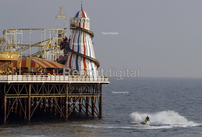 Jet skies close to Brighton Pier on the 19th July 2006 which registered the highest recorded temperature in UK. Brighton , UK 2006 - Howard Davies - 2006-07-19