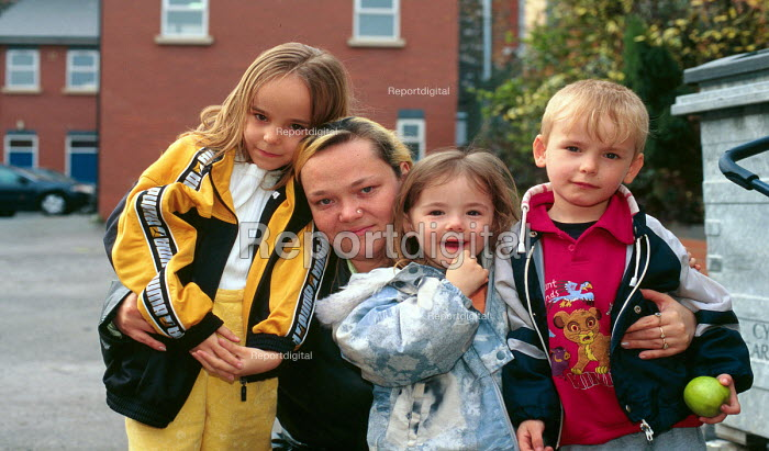 Roma family whose family are seeking asylum being assisted by the Welsh Refugee Council following dispersal to Cardiff, Wales, UK 2002 - Howard Davies - 2001-08-01
