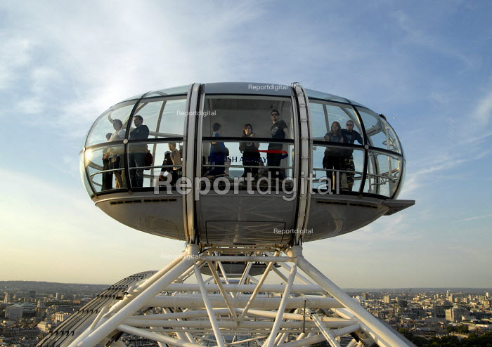 Tourists in a pod on the London Eye. UK 2007 - Howard Davies - 2007-08-09