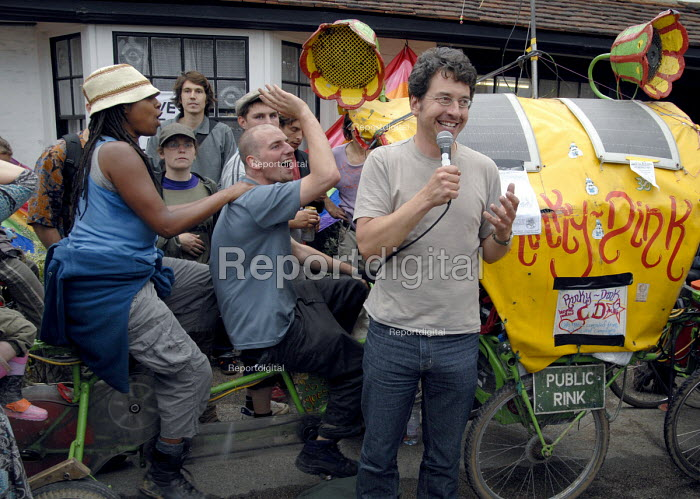 George Monbiot speaks using a bicycle powered microphone against the BAA proposed expansion of Heathrow airport with a third runway and the environmental damage of air travel at the Camp for Climate Change near Heathrow airport. UK 2007 - Howard Davies - 2007-08-19