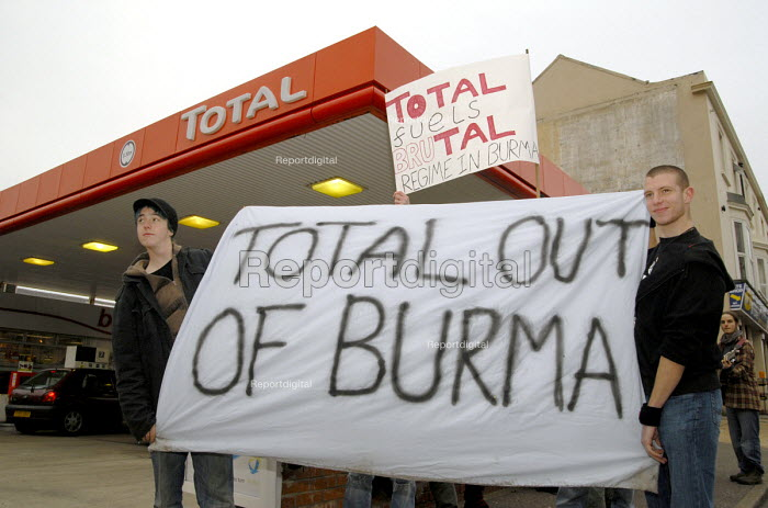 Protest outside a Total petrol station in Brighton against investment by the French multinational Total Oil in Burma including the construction of the Yadana gas pipeline. UK 2007 - Howard Davies - 2007-11-24