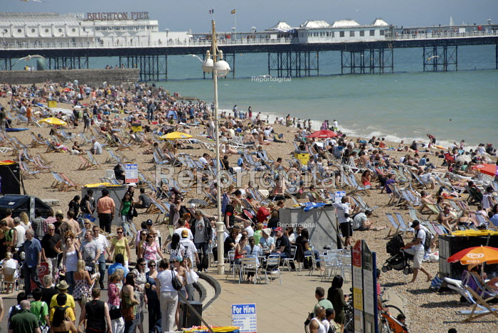 Crowds of day trippers on Brighton beach in summer, UK 2009 - Howard Davies - 2009-06-14