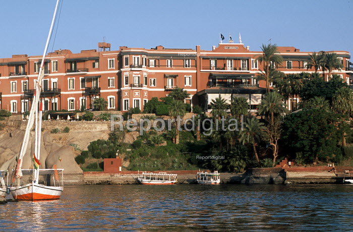 Feluccas on the River Nile, below the Old Cataract Hotel. - Howard Davies - 2005-10-14