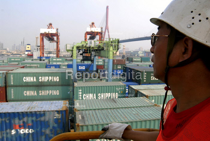 A worker overviewing the Shanghai China Shipping Terminal in Pudong, Shanghai - Timm Sonnenschein - 2006-08-15