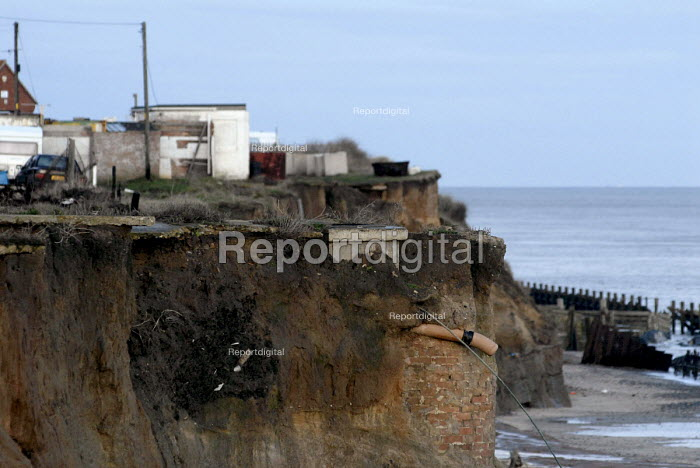 Coastal erosion at the cliffs in Happisburgh, Norfolk, East Anglia - Timm Sonnenschein - 2006-12-06