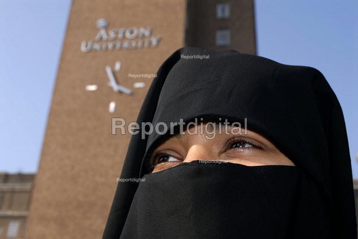 A Muslim student wearing a niqab on the Aston University Campus, Birmingham - Timm Sonnenschein - 2007-03-31