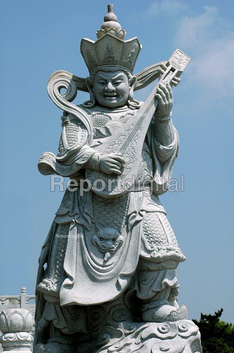 Zhiguotian Lokapala, protector of the Eastern temple gate, Pu Tuo Shan, China - Timm Sonnenschein - 2005-09-08