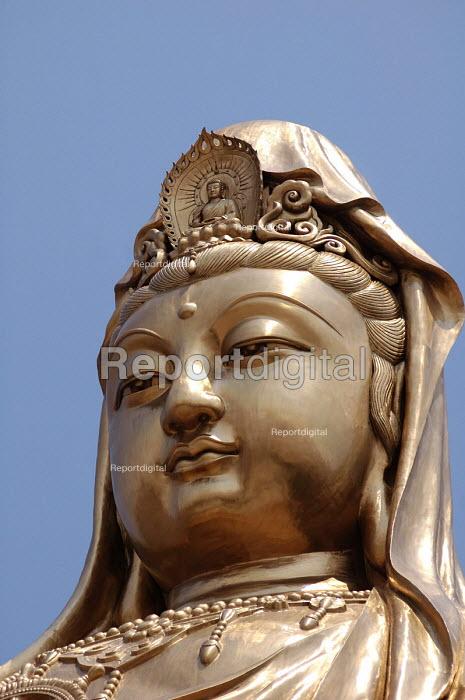 33 meter high Kuan Yin sculpture, Pu Tuo Shan, China - Timm Sonnenschein - 2005-09-08