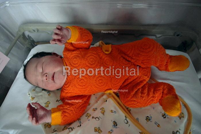 A new born baby a few hours after its birth, Birmingham Womens Hospital - Timm Sonnenschein - 2007-06-19