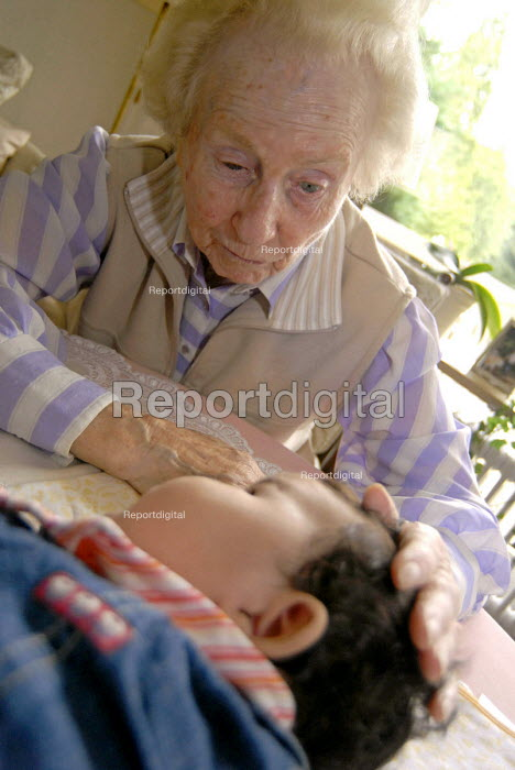 Great-grandmother playing with her great-granddaughter - Timm Sonnenschein - 2007-09-08