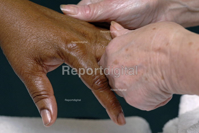 Two people massaging each others hands - Timm Sonnenschein - 2007-06-24