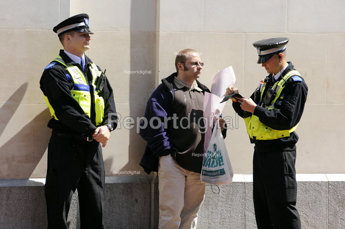 Police Community Support Officers talking to a member of public, Birmingham. - Timm Sonnenschein - 2009-06-11