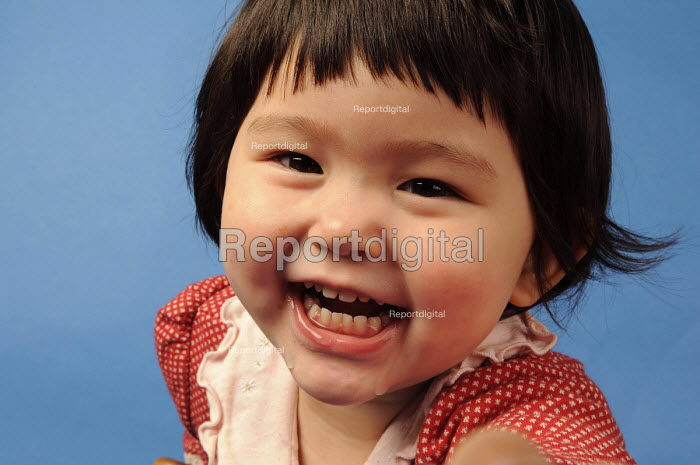 A young girl laughing - Timm Sonnenschein - 2009-03-01