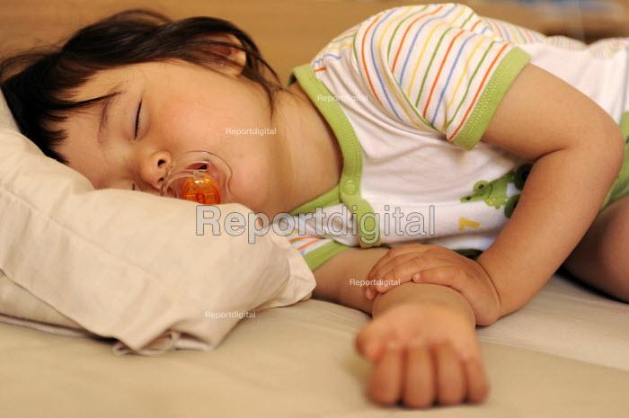 A young girl asleep sucking a dummy - Timm Sonnenschein - 2009-07-02
