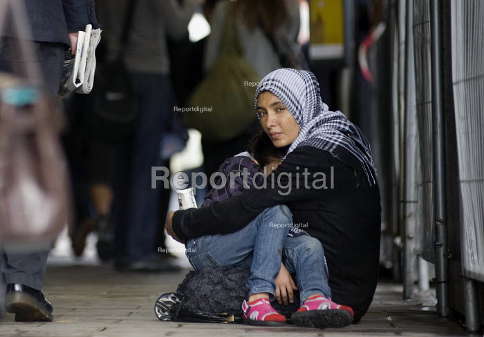 A woman holding her child is begging for money on Oxford Street in Central London - Timm Sonnenschein - 2010-06-09