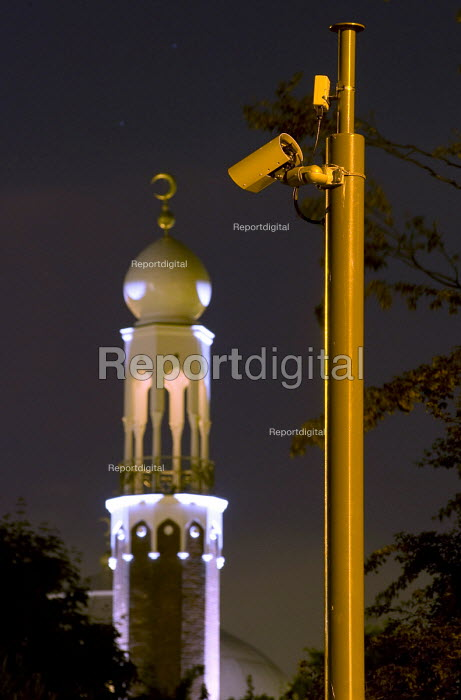 Birmingham Central Mosque with a surveillance camera monitoring cars entering and leaving an area with a high Muslim population. Instaled by the Birmingham Safety Partnership and financed through a Home Office counter terrorism fund. Highgate Balsall Heath, Birmingham - Timm Sonnenschein - 2010-06-19