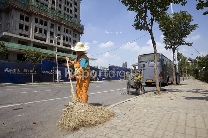 A street cleaner sweeping the road, Wuxi, China - Timm Sonnenschein - 2010-08-01