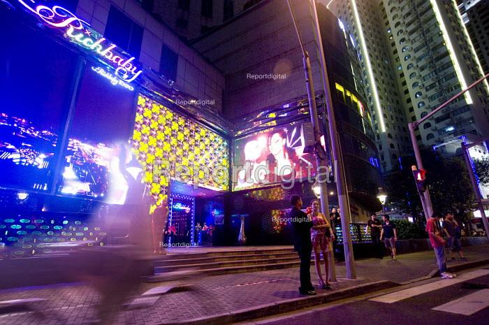 Richbaby, an expensive nightclub offering entertainment to the rich, Shanghai - Timm Sonnenschein - 2010-08-08