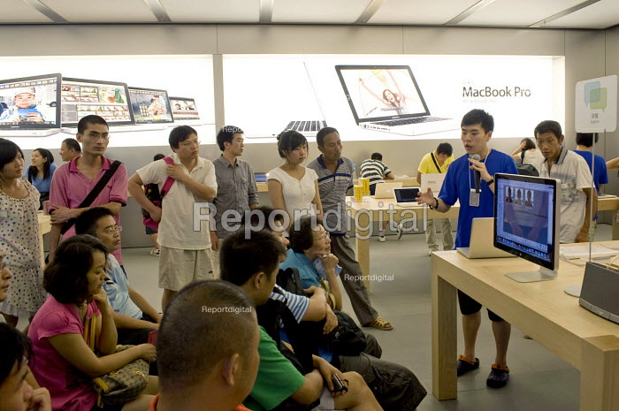 Staff giving an introduction to a new Apple product in the Apple store, Pudong, Shanghai - Timm Sonnenschein - 2010-08-15