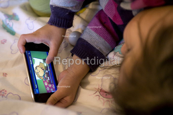 A three year old girl watching Charlie and Lola on an iPod touch - Timm Sonnenschein - 2010-10-30