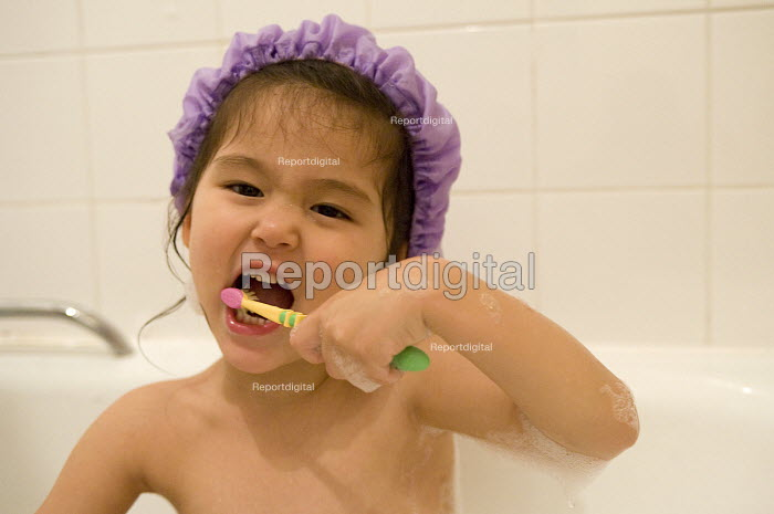 A young girl brushing her teeth - Timm Sonnenschein - 2010-11-25