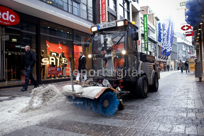 A snow sweeper cleaning snow of the high street in central Cologne, Germany - Timm Sonnenschein - 2010-12-26