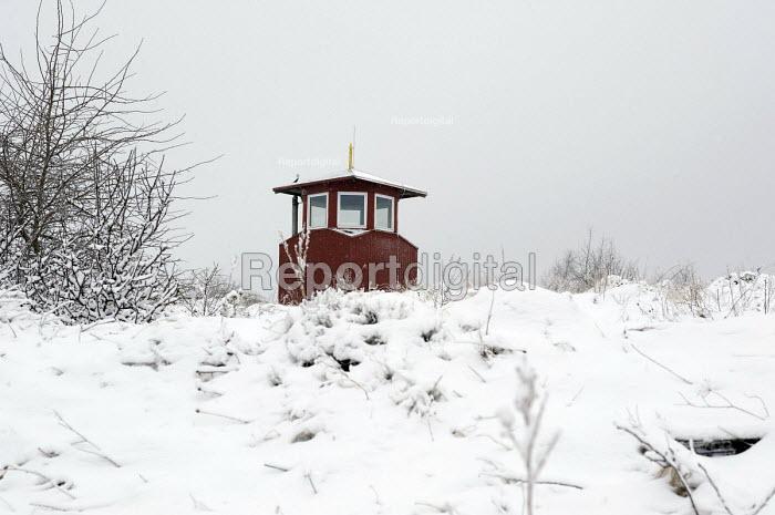 Solitary retreat hut The Longde Cabin in the snow, Domek Longde at the tibetan Buddhist Dzogchen centre Paldenling, Lysa Gora, Poland - Timm Sonnenschein - 2001-01-20