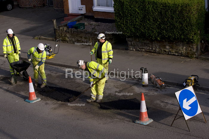 Amey subcontractors repairing potholes in the road surface due to frost damage for Birmingham City Council. - Timm Sonnenschein - 2011-04-03