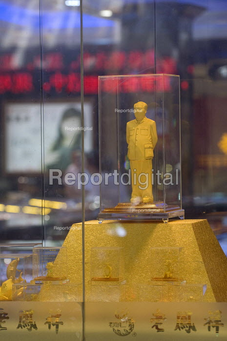 A golden Mao Zedong icon on display in a gold and jewellery shop. China - Timm Sonnenschein - 2011-07-29
