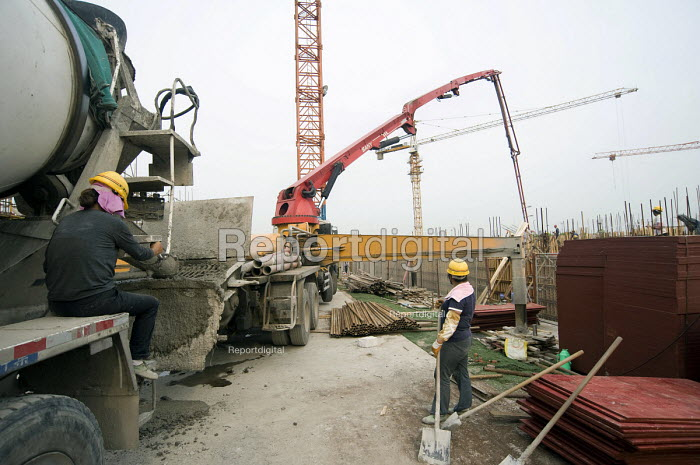 Workers during a concrete delivery on a construction site, China - Timm Sonnenschein - 2011-07-26