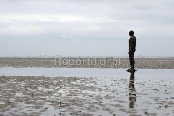 Another Place Sculpture by Antony Gormley, Crosby Beach, Merseyside. - Timm Sonnenschein - 2011-04-14