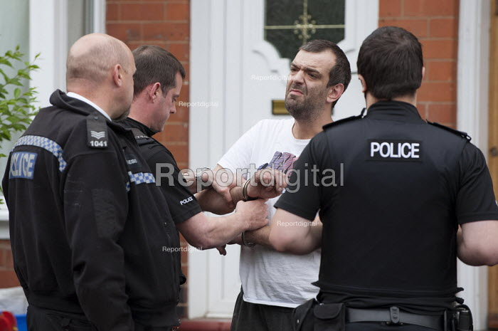 West Midlands �Police officers arresting and handcuffing a suspect of a drug related crime, Kings Heath, Birmingham - Timm Sonnenschein - 2012-07-13