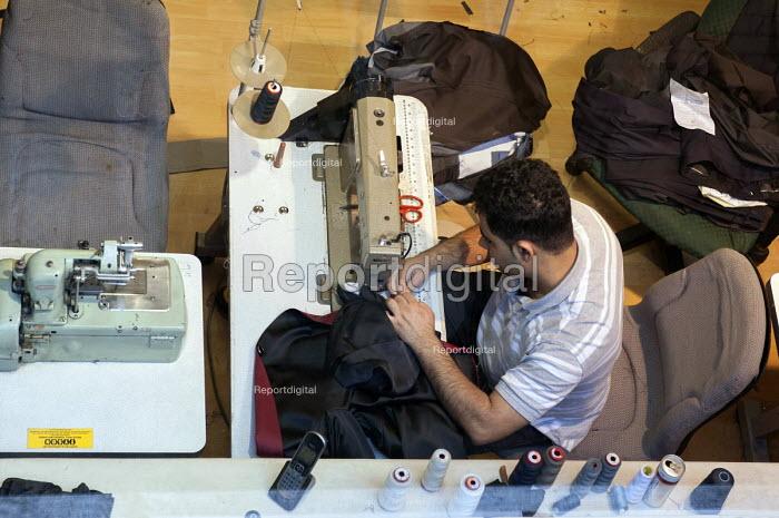 Sewing a jacket at Glenn Models LTD, London - Timm Sonnenschein - 2012-07-15