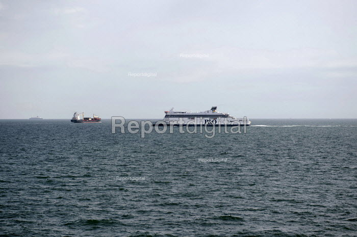 A P&O ferry on its journey across the channel from Calais to Dover - Timm Sonnenschein - 2012-07-28