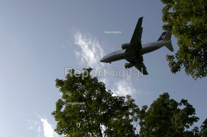 A Lufthansa Boeing 737-530 plane approaching the runway at Dsseldorf Airport, Germany - Timm Sonnenschein - 2012-08-19