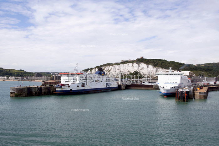 P&O and DFDS Seaways ferries at the Dover harbour - Timm Sonnenschein - 2012-08-24