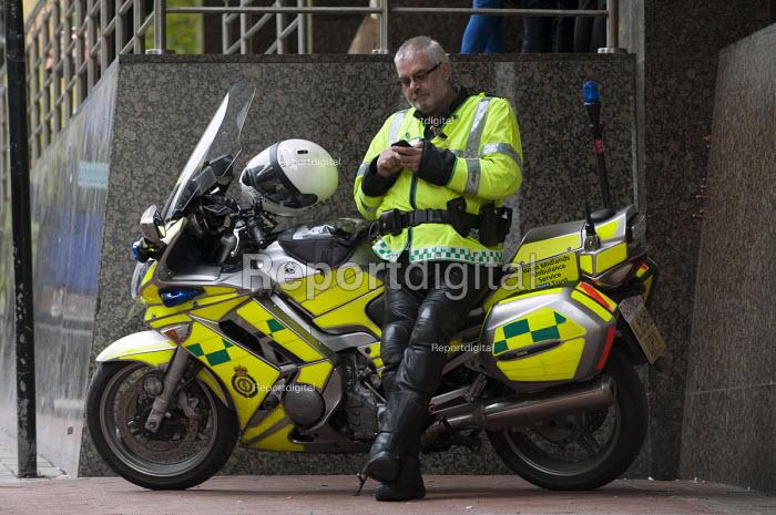 A paramedic on a break - Timm Sonnenschein - 2012-10-25