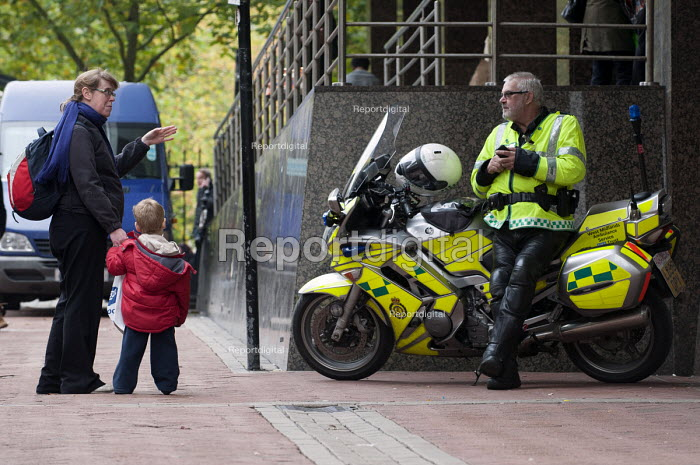 A paramedic on a break talking to a woman with her child - Timm Sonnenschein - 2012-10-25