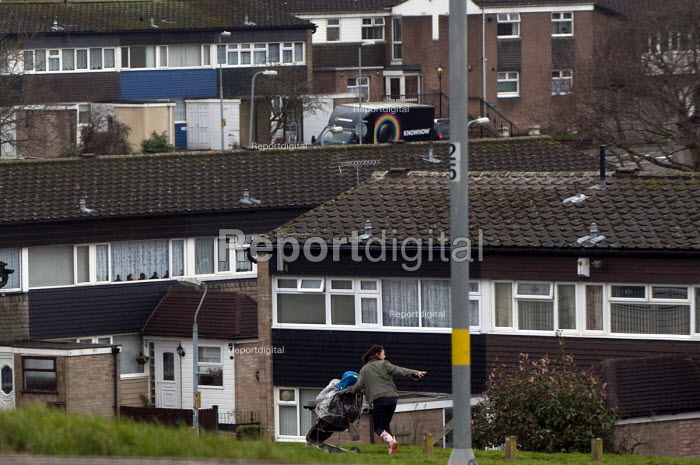 A young mother playing with her child on a council estate, Maypole, Birmingham. - Timm Sonnenschein - 2013-02-06