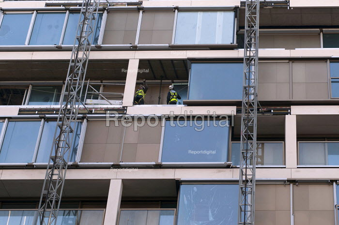 Contractors on a construction site with harnesses, London Kensington - Timm Sonnenschein - 2013-02-19