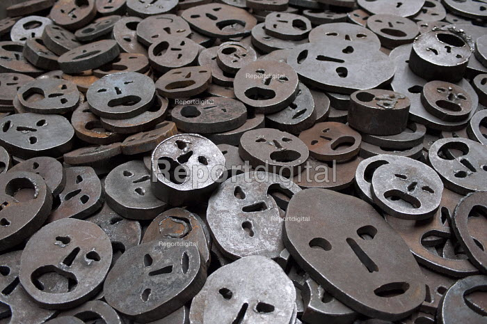 The Jewish Museum, Berlin, Shalechet (Fallen Leaves), Art in the Memory Void by the artist Menashe Kadishman. Over 10,000 open-mouthed faces coarsely cut from heavy, circular iron plates cover the floor. - Timm Sonnenschein - 2013-04-06