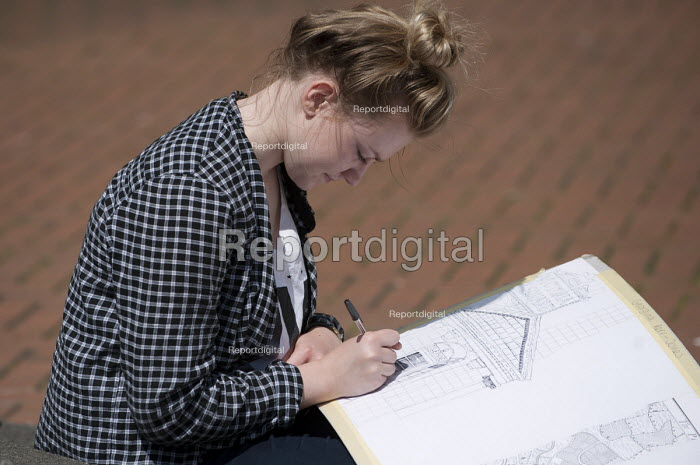 A sixth form art student drawing during an architectural outdoor lesson in Birmingham City Centre - Timm Sonnenschein - 2014-07-10