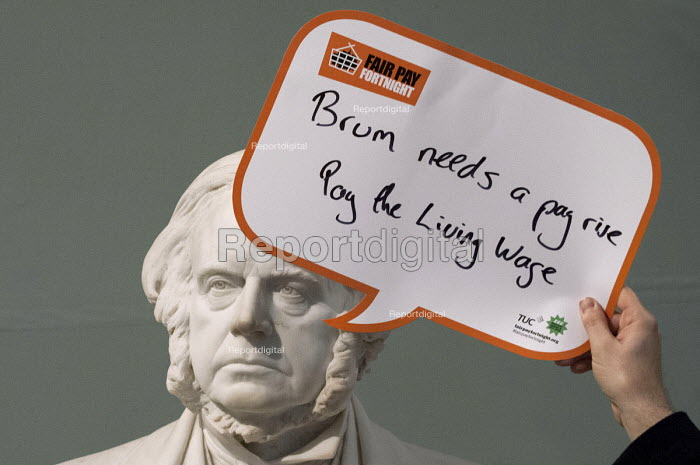 Statue of John Bright says Brum needs a pay rise, pay the living wage, Birmingham Museum and Art Gallery. Make Birmingham a Living Wage City. Becca Kirkpatrick, Citizens UK Birmingham and Rob Johnston, Midlands TUC visit Birmingham Living Wage employers. - Timm Sonnenschein - 2015-02-26