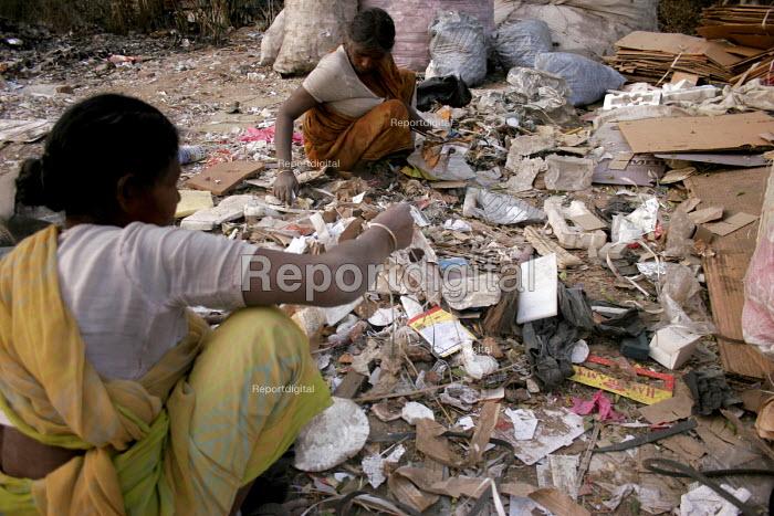 Ragpickers scavenge through a garbage dump in New Delhi, India. - Tashi Tobgyal - 2007-12-07